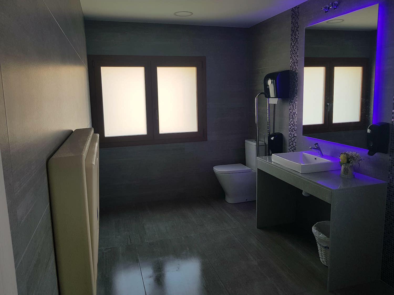 Nuevo baño principal moderno para invitados - Miravent Bodas