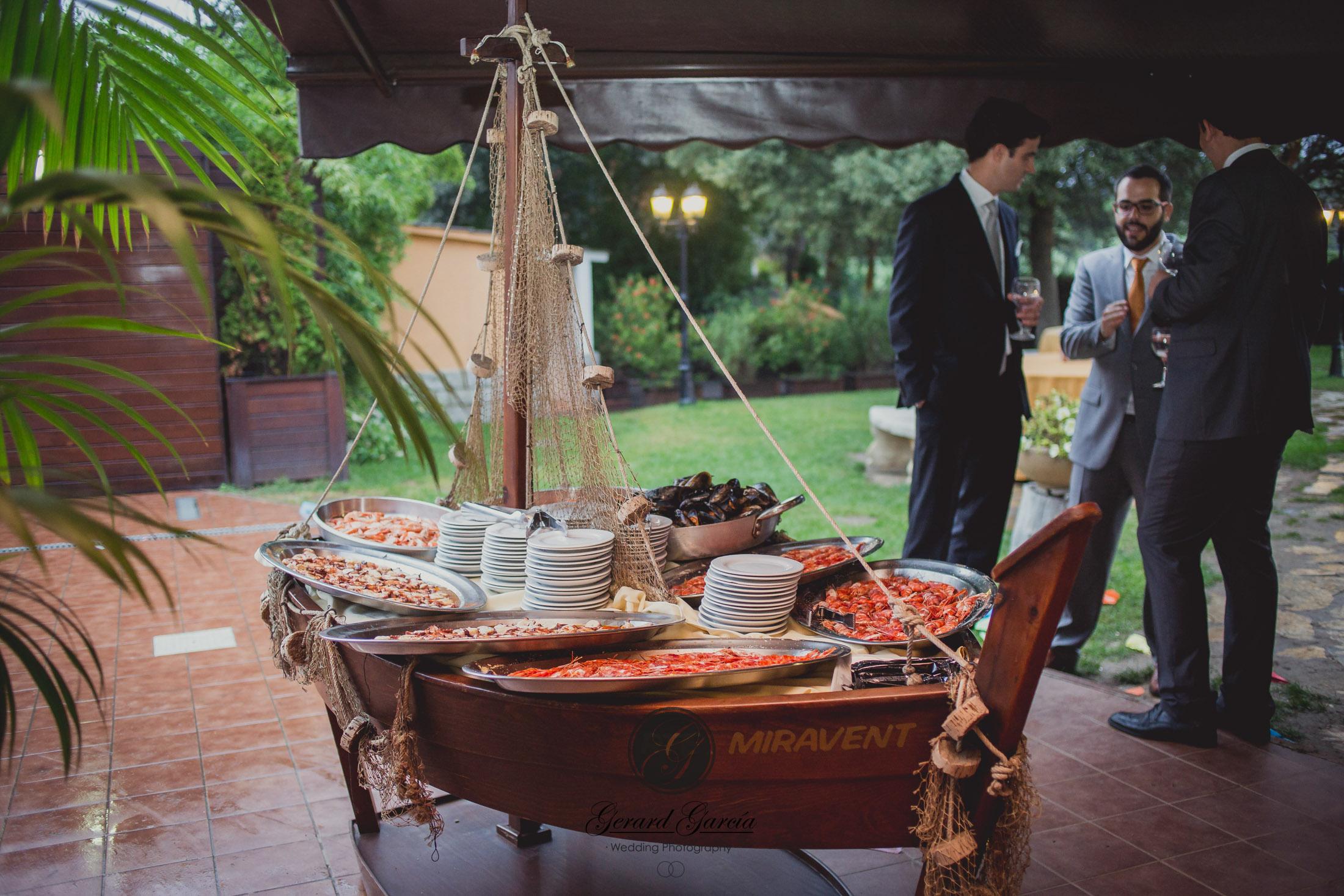Aperitivos de bodas en jardín exclusivo con porche - Miravent Bodas