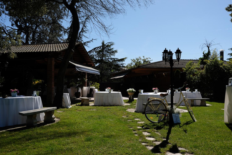 Jardín con porche para aperitivos al aire libre - Miravent Bodas